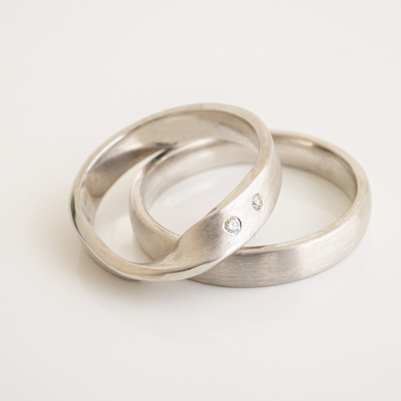 möbius met brilliant trouwringen