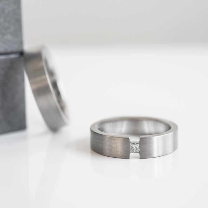 moderne semi-spanring trouwring set
