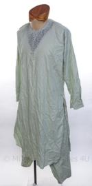 Afghaanse traditionele kleding, bovenstuk, broek en hoedje - meegenomen door NL Veteraan - origineel