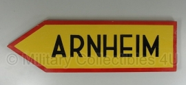 Bord Arnheim - geel met rode rand - 64 x 19,5 cm. - volledig correct nagemaakt!