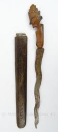 Antieke Kris met schede - houten greep en schede - afmeting 35,5 x 3,5 cm - origineel