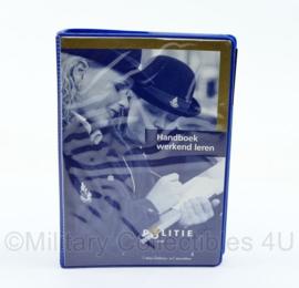 Nederlandse politie handboek werkend leren - 14x9,5x2,5 cm - origineel