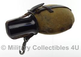WO2 Duitse veldfles met hoes en bakeliete beker - maker ESB33 en MN41 - leren riempje kapot - origineel