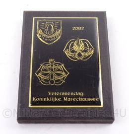 KMAR Marechaussee wandbord Veteranendag 2002 - afmeting 10 x 7,5 x 1,5 cm - origineel