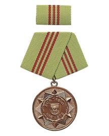 DDR medaille in doosje - groen lint met rode streepjes - voor decoratie op uniform