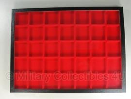 Vitrine groot formaat 42 x 32 cm - met echt glas - met 35 vakken - rode inleg