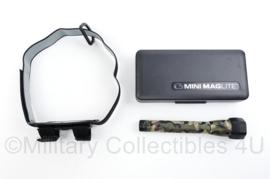 Defensie camo mini Maglite met hoofddraagstel en doosje - 17 x 8 x 3 cm - origineel