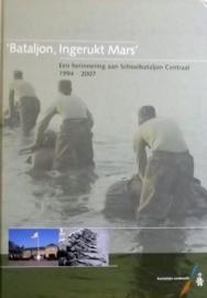 KL Nederlandse leger boek 'Bataljon, ingerukt mars'. Een herinnering aan Schoolbataljon Centraal 1994 - 2007 - licht tot ongebruikte staat