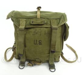 US Army Field pack M1944 - gedateerd 1945 - met serienummer soldaat - afmeting 30 x 30 x 11 cm - origineel