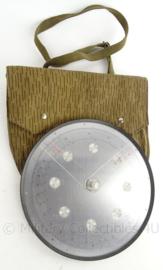 Duitse DDR rekenschijf - in strichtarn camo draagtas - 29 x 31 cm - origineel