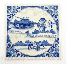 Wandbord/tegeltje Nationaal Oorlogs en Verzetsmuseum Overloon - 15 x 15 cm - origineel