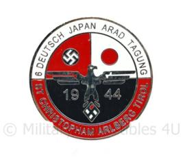 WO2 Duitse speld ter ere van de Japans Duitse vriendschap Deutsch Japan Arad Tagung 1944 - met RZM stempel