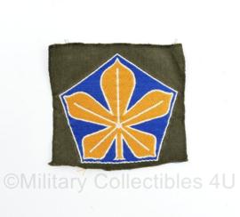 Defensie 5e divisie kastanje blad embleem - ongevouwen - model 1955 - 7 x 6,5 cm - origineel