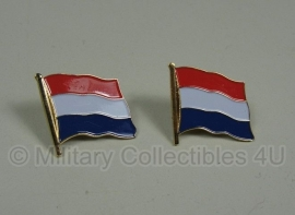 Nederlandse vlaggetjes metaal - 2 stuks -  2 x 2,3 cm.