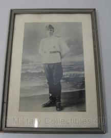 Foto in lijst - soldaat met zomer uniform en medaille - 32x 23 cm - origineel