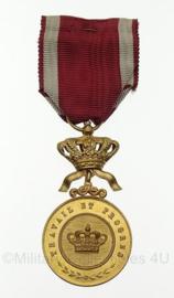 """Belgische medaille """"travail et progres""""GOUDEN MEDAILLE DER KROONORDE   - 10 x 4 cm - origineel"""