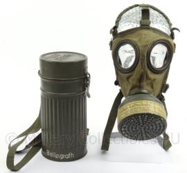 WO2 Duits Reichsluftschutz Gasmasker met blik en riemen - 1937 - maat 2 - afmeting 26 x 12 cm - origineel