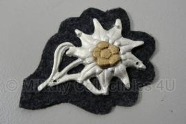 Gebirgsjäger pet edelweiss metaal - op grijze stoffen ondergrond - zilver