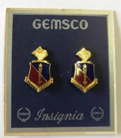 """US Adjutant General School  unit crest Paar metaal """"Ut ad Juvemus Discimus"""" - maker GEMSCO -origineel"""