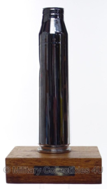 Anti Luchtdoelgeschut huls met grafure op houten voet - 13 Paluad Oirschot - origineel