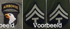 Het aanbrengen van 1 Divisie Patch & 2 rank stripes op een jas / uniform