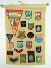Wanddoek met Marine en Korps Mariniers emblemen - missies van veteraan - afmeting 57,5 x 38 cm - origineel