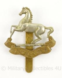 WO2 Britse baret of cap badge The Kings Regiment - afmeting 4 x 5,5 cm - origineel