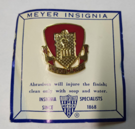 US Army 37th Field Artillery Battalion Distinctive Unit embleem unit crest metaal - 3 x 2,6 cm - maker Meyer - origineel