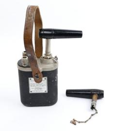 WO2 US Army 10 cap blasting machine met lederen draagkoord en extra handgreep - made in st Louis - topstaat - 20 x 9 x 4 cm - origineel