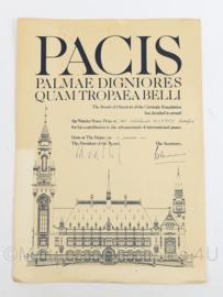 Oorkonde Carnegie Wateler Vredesprijs peace prize - PACIS Palmae Digniores Quam Tropaea Belli - gedateerd 1986 -  42 x 29,5 cm - origineel