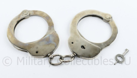 Handboeien met sleutel Britse politie Hiatt 1970 - origineel