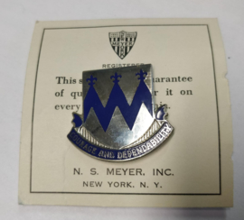 "US Army 86th Infantry Regiment unit crest ""Courage and Dependability""  metaal - 3 x 3,3 cm - maker Meyer - origineel"