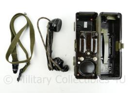 Tsjechische leger TP25 veldtelefoon Bakeliet met draagriem - lijkt op WO2 Duits model -17 x 25,5 x 8,5 cm -  origineel