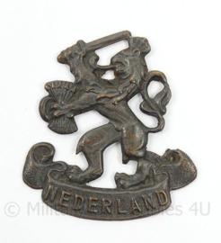 Nederlandse leeuw met tekst Nederland insigne - Prinses Irene Brigade 1945 en direct erna en MVO - afmeting 3,5 x 4 cm - origineel