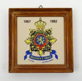 KM Marine Korps Mariniers wandbord C.O.M. Overijssel 1967/1982 - afmeting 18,5 x 17,5 cm - origineel