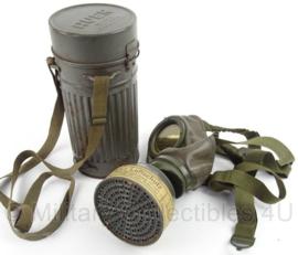WO2 Duits gasmasker met filter en bus - Reichsluftschutz RL 1 38 3 - merk: Auer D.R.P. - origineel