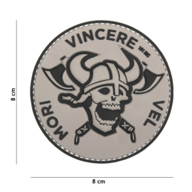 "Embleem PVC 3D PVC  met klittenband - ""Mori Vincere Vel "" - Zwart / Grijs - 8 x 8 cm."