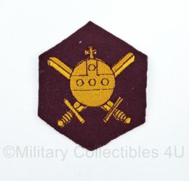 MVO Ministerie van Oorlog embleem karmozijnrood schild 1947 tot 1955 - 8 x 6,5 cm - origineel