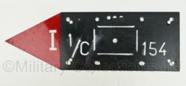 Defensie bord met pijl en tactisch teken - 1/C 154 -  60 x 20 cm - origineel