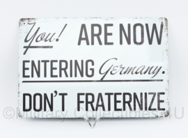 Metalen plaat You are now entering Germany. Don't fraternize  - 30 x 20 cm.