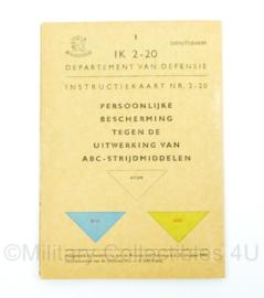 Defensie instructiekaart uit 1961 - Persoonlijke bescherming tegen de uitwerking van ABC-strijdmiddelen - IK2-20 - origineel