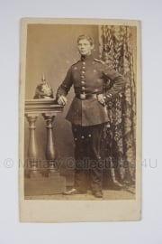 Duitse WO1 pasfoto van soldaat met pickelhaube op origineel kaartje - 6,5 x 10 cm. - origineel