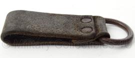 WO2 Duitse D riem geniet met halfrond oog - afmeting 3 x 9 cm - origineel