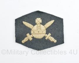 MVO Ministerie van Oorlog embleem personeel 1954 - 6,5 x 7,5 cm - origineel