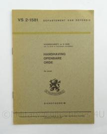 Nederlandse leger voorschrift Handhaven Openbare Orde VA 2-1581 uit 1965 - afmeting 15 x 22 cm - origineel