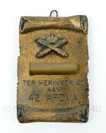 KL wandbord - ter herinnering aan 42 afdeling veld artillerie - afmeting 7,5 x 11,5 x 1,5 cm - origineel
