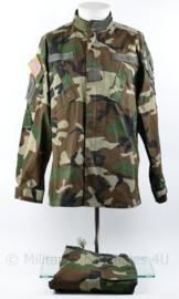 US Army Woodland moderne jas en broek met insignes 101 Airborne Division - vorige divisie 1st Infantry Division -  Medium Regular - licht gebruikt - replica