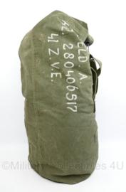 Wo2 US Army plunjezak 1944 met opdruk van eind jaren 40 Nederlandse Huzaar, geboren in 1928 - 95 x 32 x 32 cm - origineel