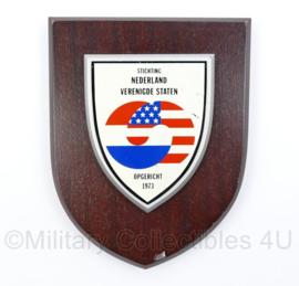 Stichting Nederland Verenigde Staten wandbord - opgericht 1973 - 18 x 14 x 1,5 cm - origineel