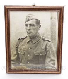 Foto in originele lijst WO2 soldaat  met M40 uniform en schuitje 34 x 28,5  cm - origineel 1942